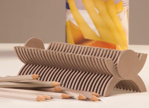 Kartonski stalak za olovke sa hrpom olovaka