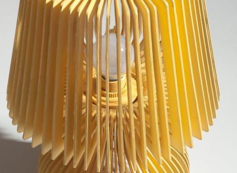 Stolna lampa Stripes, zuta boja, krupni plan