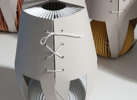 Stolna lampa Stripes u jedinstvenom kartonskom pakovanju