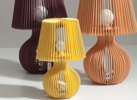 Tri Stripes lampe, žuta mala, ljubičasta i narandžasta iza nje