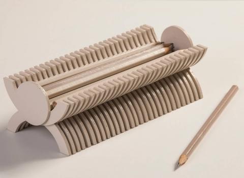Stalak za olovke Skulpik u krupnom planu siva boja