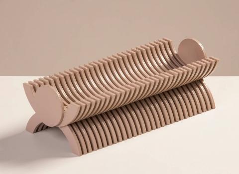 Stalak za olovke Skulpik u krupnom planu smeđa boja