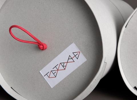 Tetra-E krupni plan pakovanja odozgo sa crvenom ručkom