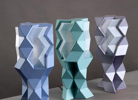 Tetra-E tri stolne lampe u nizu. Plava, zelena i ljubičasta